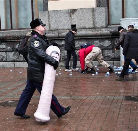 Как Укранцы отпраздновали 2-летие правления своего Президента (фото, видео)