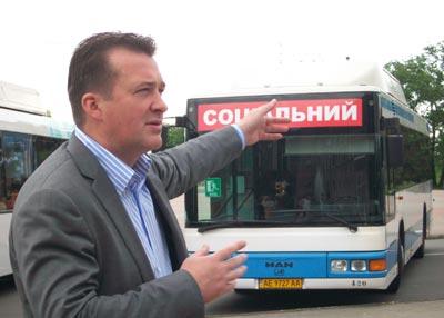 1 червня в Нікополі вийшли на рейс 7 «соціальних автобусів» (два видео)