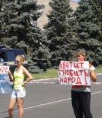 В Никополе мирные протестующие падают от жары. Власть на диалог не идет