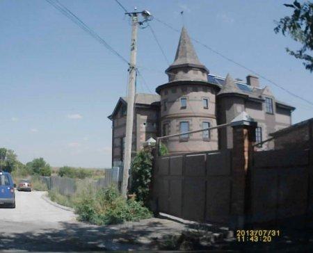 """""""Теремок""""  депутата городского совета закидали бутылками с краской"""