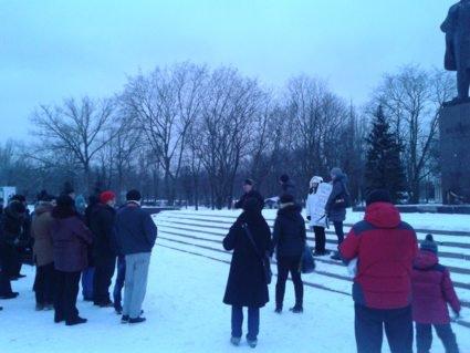 В  Нікополі  біля пам'ятника  Леніну  відбувся  мітинг  протесту  проти комуністичної  ідеології, насадженої  в Україні  В. Леніним