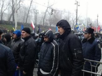 Титушки получают инструктаж и экипировку в Днепропетровской ОГА (видео). А милиция не знает кто это