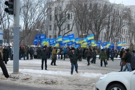 Возле Днепропетровской ОГА митинг Партии регионов (ФОТО)